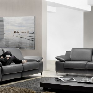 Elegancka sofa Dione z regulowanymi zagłówkami dostępna w różnych wykończeniach, m.in. czarnej skórze. Fot. Rom.