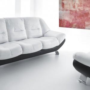 Charakterystyczny, łagodnie wygięty kształt sofy Mello zachęca do popołudniowego odpoczynku. Miękkie, kubełkowo wyprofilowane siedzisko pozwala zająć najbardziej wygodną pozycję. Fot. Gala Collezione.