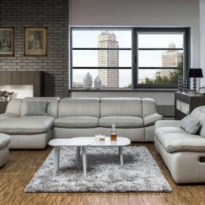 Zestaw wypoczynkowy Adagio to sofy 2- i 3-osobowe oraz podnóżek. Moduł z przedłużonym siedziskiem (szezlong), daje siedzącemu możliwość wygodnego wyprostowania nóg. Fot. Kler.