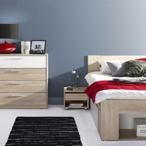 Komoda Milo z czterema, pojemnymi szufladami. Biel połączona z przyjemnym odcieniem drewna stanowi modne rozwiązanie. Fot. Szynaka Meble.