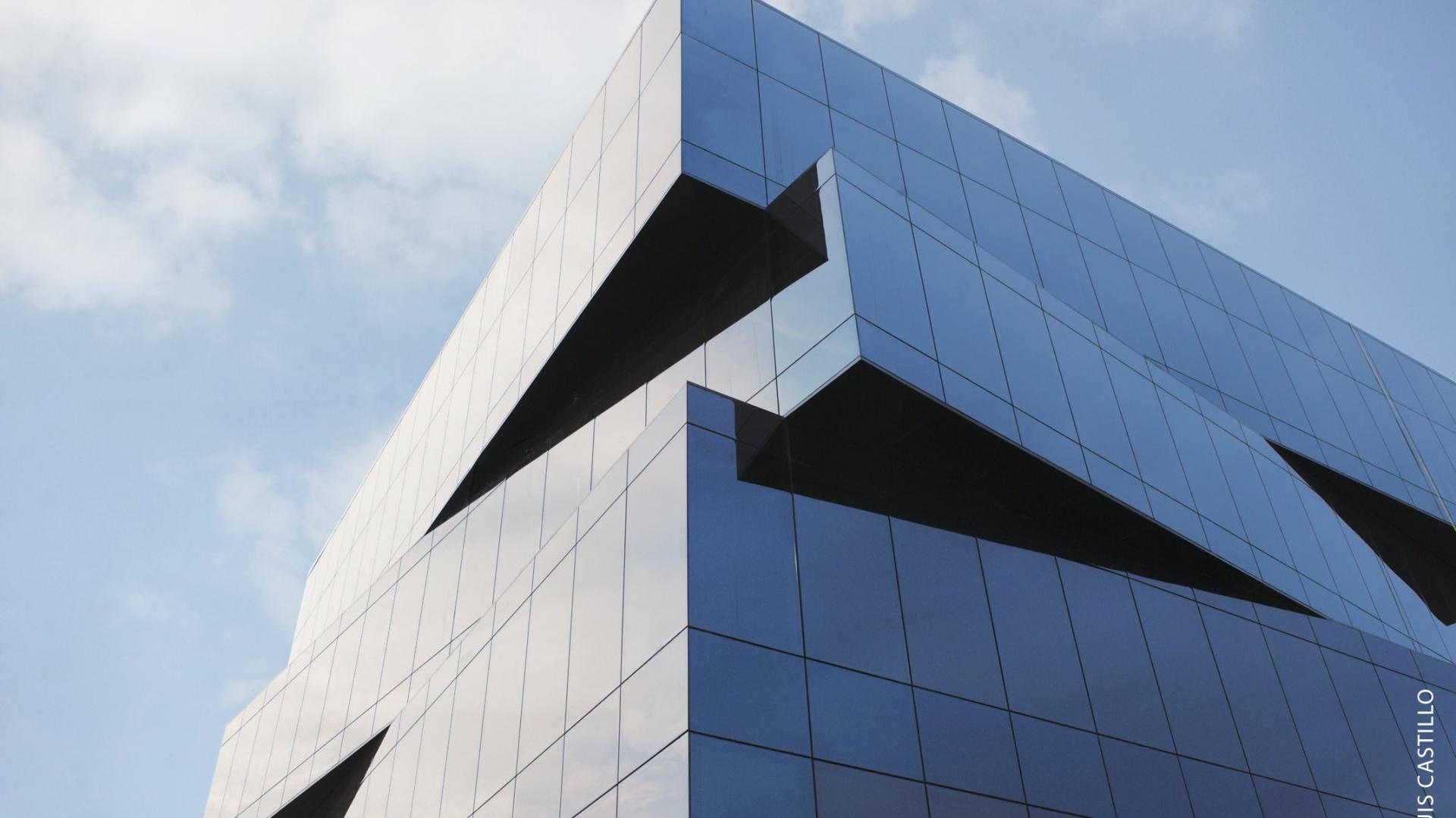 Szkło przyciemniające do fasad, Sunguard solar grey 20. Fot. Archiwum
