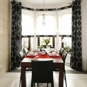 W ładnie oświetloną przestrzeń jadalni wkomponowano stół z miejscami dla 6 osób oraz krzesła, komponujące się z zasłonami i kompletem wypoczynkowym w salonie. Projekt: Marta Kilan. Fot. Bartosz Jarosz.