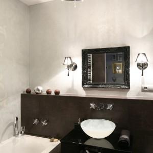 Poza szafką podumywalkową także efektownie i praktycznie zabudowana wnęka w ścianie obok prysznica oferuje półki na kosmetyki oraz schowek na drobiazgi. Projekt: Joanna Nawrocka. Fot. Bartosz Jarosz.