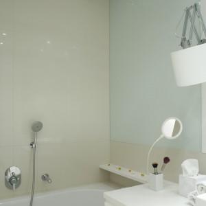 """Nablatowa umywalka wraz z drzwiami wyznaczają oś symetrii, """"krojąc"""" łazienkę na strefę kąpielową po lewej stronie i część sanitarną po prawej. Projekt: Piotr Gierałtowski. Fot. Bartosz Jarosz."""