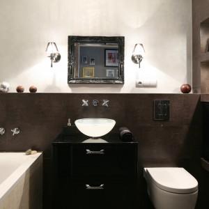 Pomimo, że powierzchnia łazienki wynosi jedynie 5 m kw. udało się zmieścić zarówno wannę jak i kabinę prysznicową, a przy tym funkcjonalnie rozplanować wyposażenie. Projekt: Joanna Nawrocka. Fot. Bartosz Jarosz.