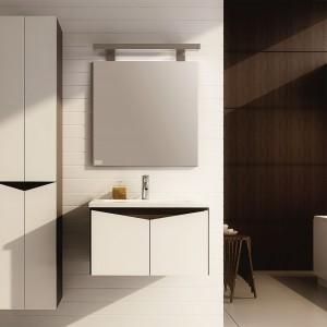 Ramos Evolution z oferty firmy Aquaform  to atrakcyjne połączenie drewnopodobnych korpusów i białych frontów. Oryginalnie ścięte krawędzie frontów wyglądają efektownie i umożliwiają bezuchytowe otwieranie. Fot. Aquaform.
