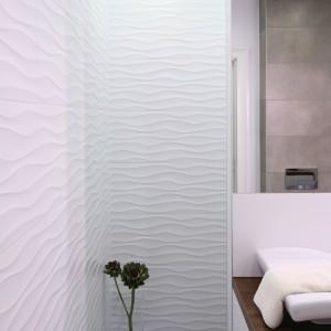 Odpływ prysznicowy to rozwiązanie polecane także do otwartych przestrzeni prysznicowych. Świetnie podkreśla nowoczesny i minimalistyczny styl wnętrz. Projekt: Karolina Łuczyńska. Fot. Bartosz Jarosz.