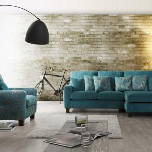 Turkusowa sofa narożna tapicerowana w tkaninie z charakterystycznym dla  minionych epok wzorem doskonale zbudowała klimat vintage. Fot. Primavera.