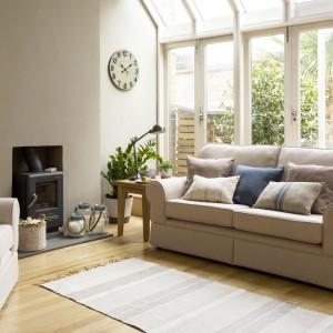 Styl Country House daje drugie życie starym przedmiotom, dlatego drewniane ławy czy też duże skrzynie można wykorzystać w zupełnie nowej roli np. stolika kawowego, który oprócz swojego waloru użytkowego, uzupełni wnętrze. Fot. Sainsburys Home.
