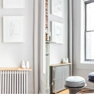 """We wnętrzu wiele przedmiotów odnalazło """"nowe życie"""". Stołki w salonie powstały ze starych bębnów kablowych. Tak industrialne akcenty zestawiono z elegancką, złotą ceramiką. Projekt: Fanny Abes, The New Design Project. Fot. Alan Gastelum."""