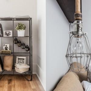 W sypialni ręcznie wykonana lampka nocna urzeka oryginalnym wzornictwem i  industrialnym charakterem. W podobnej stylistyce wykonano oryginalną metalową szafkę z półkami, udekorowaną starymi książkami i fotografiami. Projekt: Fanny Abes, The New Design Project. Fot. Alan Gastelum.