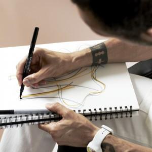 Być może inspiracją do stworzenia lamp przypominających kształtem trąbki była muzyka wypełniająca nowojorskie biuro Rashida. Fot. Loris Pignoletti.