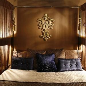 Sypialnia zainspirowana Marokiem: łóżko z baldachimem, lampiony. Projekt: Monika Kantor. Fot. Bartosz Jarosz.
