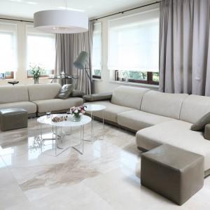 W dużym i przestronnym salonie zdecydowano się na trzyosobową sofę z szezlongiem oraz ustawioną do niej prostopadle sofę dwuoosobową. Stanowią one główne, choć nie jedyne, jego wyposażenie. Projekt: Katarzyna Koszałka. Fot. Bartosz Jarosz.