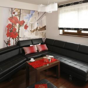W niewielkim salonie przestronny narożnik organizuje całą strefę wypoczynkową. Dosunięty do ścian pozwolił maksymalnie zoptymalizować dostępną przestrzeń. Projekt: Marta Kilan. Fot. Bartosz Jarosz.
