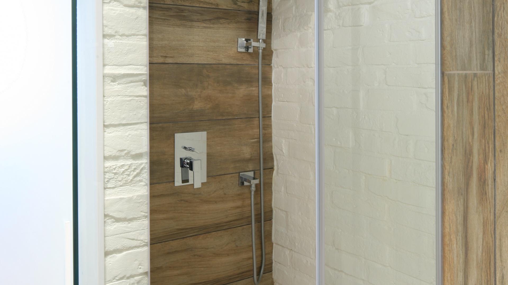 Mała łazienka Wykończona Cegłą I Drewnopodobnymi Płytkami