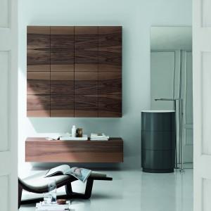 Takai Moon to propozycja marki Arlexitalia. Fornir pięknie usłojonego drewna zdobi fronty szafek. Fot.  Arlexitalia
