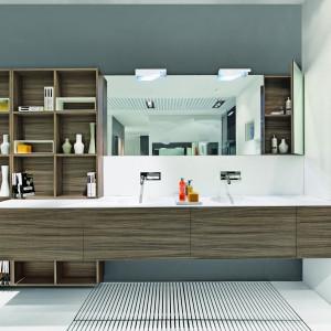 Play-Replay to projekt firmy Makro Bathroom Concept. Zestaw powiększony o regał z otwartymi półkami jest efektowny i funkcjonalny. Fot. Makro Bathroom Concept.