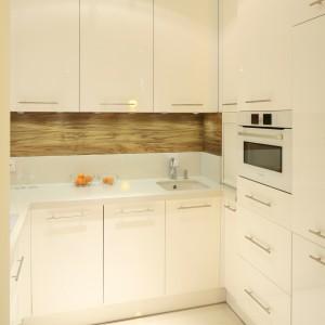 Życzeniem inwestorów była biała kolorystyka kuchni. Dlatego zarówno zabudowa, jak i podłoga oraz blaty zostały utrzymane w bieli, która optycznie powiększa pomieszczenie. Projekt: Małgorzata Galewska. Fot. Bartosz Jarosz.