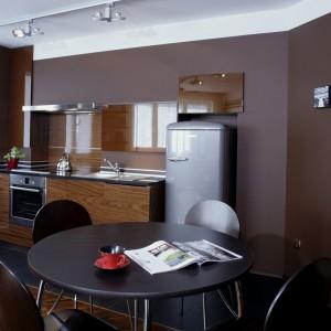 Zmysłowa, elegancka i bardzo apetyczna kuchnia. A wszystko za sprawą mebli w kolorze mlecznej czekolady, dla których tłem są ściany o barwie kakao. Projekt: Ewa Wiśniewska-Benedyczyk. Fot. Archiwum Dobrze Mieszkaj.
