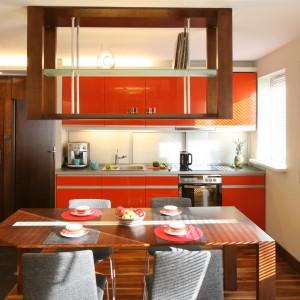 Ognisty pomarańcz połączony z ciepłym drewnem to przepis na energetyczną i oryginalną kuchnię. Projekt: Marcin Lewandowicz. Fot. Bartosz Jarosz.