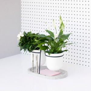 Doniczka Statera przystosowana do niewielkich pomieszczeń, idealnie sprawdzi się w miejscu pracy. Podstawa doniczki została tak zaprojektowana, żeby ułatwić organizację niezbędnych rzeczy na biurku. Fot. Fabrica.
