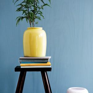 Kolorowa donica na kwiaty może stać się elementem ozdobnym we wnętrzu. Fot. Broste Copenhagen.