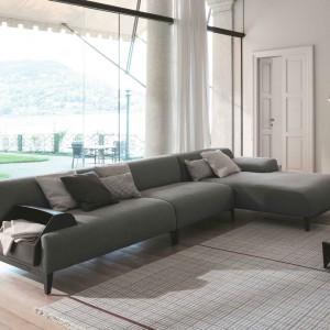 Sofa narożna Cave marki Bonaldo w ciemnoszarym obiciu, to gustowna propozycja do dużego, przestronnego salonu. Fot. Bonaldo.
