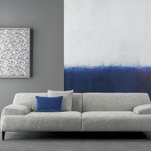 Sofa Cave w szarym kolorze sprawdzi się w nowoczesnych aranżacjach. To idealna propozycja do wnętrza w stylu luft. Fot. Bonaldo.