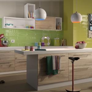 Zielone ceramiczne płytki o prostokątnym, podłużnym kształcie i zróżnicowanej teksturze nadają tej beżowej kuchni lekko fantazyjny charakter. Fot. Imola Ceramica, kolekcja POP.
