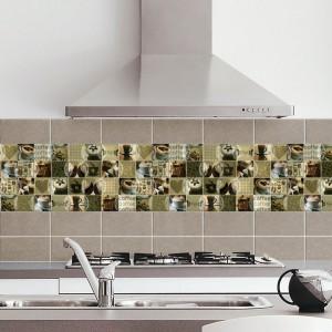 Niewielkie dekoracyjne płytki w formacie 25x25 mm mogą być dowolnie zestawiane, tworząc interesującą dekorację ściany kuchennej. Kolory ziemistych brązów i zgniłej zieleni delikatnie ożywia chłodny błękit filiżanki, zdobiącej niektóre z płytek. Fot. Decocer, kolekcja Dunas.