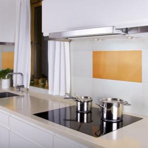 Białe prostokątne płytki ceramiczne przełamano insertem szklanym w kolorze cytrusowej żółci. Spora powierzchnia płytki dekoracyjnej i jej oszczędna stylistyka sprawiają, że idealnie pasuje ona do nowoczesnej kuchni. Fot. Ceramstic.