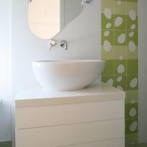 W łazienka dla nastolatki biel ożywiona jest zielenią, która dodaje wnętrzu młodzieńczej energii. Wzór na płytkach powielony jest również w kształcie lustra, które przybrało fantazyjną formę. Projekt: Małgorzata Szajbel-Żukowska, Maria Żychiewicz. Fot. Marcin Onufryjuk.