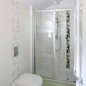 W wąskiej łazience zaplanowano tylko podstawowe wyposażenie oraz kabinę prysznicową we wnęce. Projekt: Małgorzata Szajbel-Żukowska, Maria Żychiewicz. Fot. Marcin Onufryjuk.
