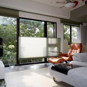 Duże, panoramiczne przeszklenia wpuszczają do środka naturalne światło oraz otwierając wnętrze na otaczający je, zielony krajobraz. Projekt: J.C. Architecture. Fot. Hedy Chang.