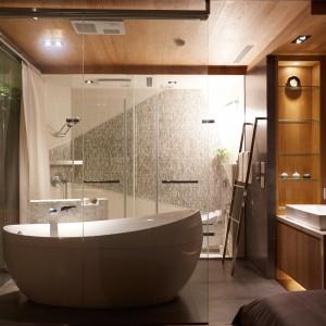 Łazienka przyjęła formę ekskluzywnego salonu kąpielowego z wolno stojącą, elegancką wanną. Szyku przestrzeni dodaje drewno na suficie, ścianach i pod umywalką oraz mozaika, wykonana z prawdziwych muszli. Projekt: J.C. Architecture. Fot. Hedy Chang.