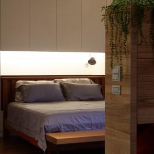 Sypialnia sąsiaduje bezpośrednio łazienką, tworząc z nią jedną, wspólną przestrzeń. Projekt: J.C. Architecture. Fot. Hedy Chang.
