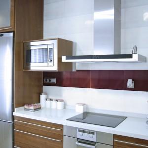 Kolorowy akcent w kuchni nie musi być jaskrawy i dominujący. Tutaj ścianę nad blatem ozdobiono eleganckim pasem, złożonym ze szklanych płytek w apetycznym, czekoladowym kolorze. Fot. Ceramstic, dekoracje szklane Chocolate.