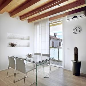 Piękne porcelanowe płytki do złudzenia imitujące naturalne drewno. Będą prezentować się pięknie zarówno w jadalniach połączonych z kuchnią, jak i z salonem. Dostępne w różnych rozmiarach i kształtach - od prostokątnych, imitujących drewnianą deskę, po kwadratowe. Fot. Porsixty, kolekcja Acebo.