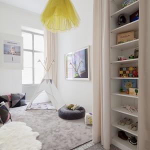W urządzonym w miejscu starej kuchni pokoju dziecięcym nie brak kolorowych akcentów. Jednym z nich jest lampa, zaprojektowana przez panią domu. Mniej osobisty kolorowy detal stanowią wzorzyste cementowe płytki, pochodzące z dawnego wykończenia mieszkania. Projekt: destilat Design Studio. Fot. Monika Nguyen.