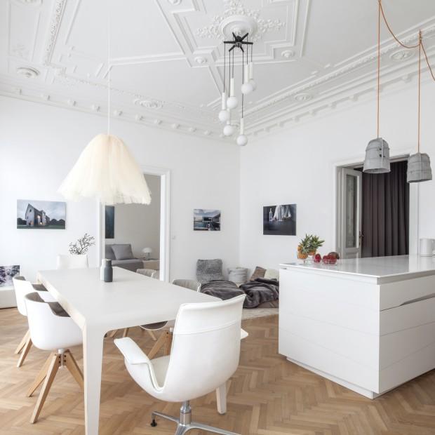 Białe mieszkanie w starej kamienicy. Piękne wnętrze, łączące style