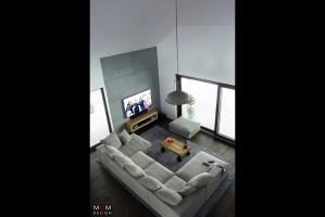 Widok z antresoli na jasne wnętrze mieszkalne. Fot. MGM Design