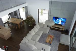 Na dolnym piętrze, w strefie odpoczynku znajduje się modułowa sofa rogowa, którą ustawiono zgodnie z obowiązującymi trendami