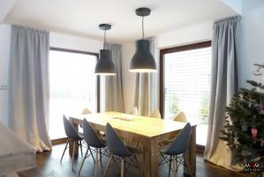 Jadalnia w stylu rustykalnym jest dobrze rozświetlona, a to dzięki dużym oknom