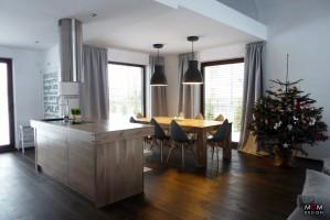 Strefa kuchenną od jadalni oddziela wyspa, również w kolorach drewna. Fot. MGM Design