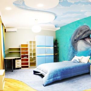 Sympatyczny delfin wcale nie uciekł z oceanarium do pokoju dziecka. Znalazł się tam dzięki tapecie dostępnej w sklepie Minka Kids. Uniwersalna dekoracja sprawdzi się w pokoju chłopca i dziewczynki. Fot. Minka Kids.