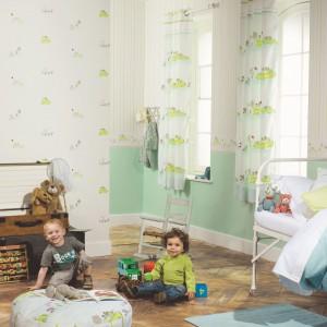 Subtelna tapeta z kolekcji Happy World marki Casadeco, przeznaczona do pokoju chłopca. Aranżację można uzupełnić zasłonami z tej samej serii. Fot. Casadeco.