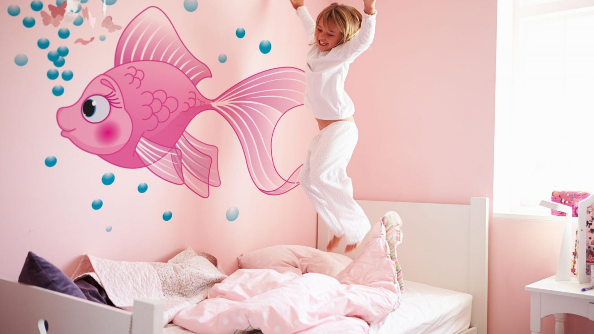 Różowa rybka to motyw na tapecie ekologicznej Minka, który z pewnością spodoba się nie jednej małej dziewczynce. Fot. Minka Kids.