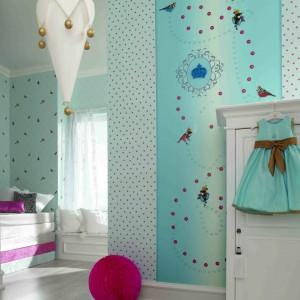 Wykorzystanie błękitnych tapet w różne wzory pozwala wykreować w pokoju dziewczynki atmosferę, rodem z najpiękniejszej bajki. Fot. Marburger Tapetenfabrik.