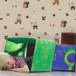 Leśne zwierzęta i ptaki to bohaterowie tapety Kids at Home marki Exim. Stonowana kolorystyka sugeruje, że dekoracja dedykowana jest chłopcom. Fot. Exim.